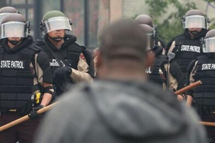 پلیس آمریکا یک معترض را زیر گرفت +فیلم