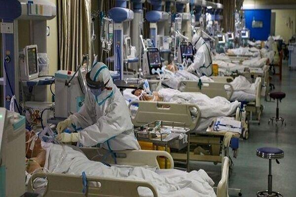 لحظات سخت و نفسگیر یک پزشک کنار بیمار کرونایی + فیلم
