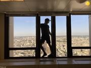 دستگیری گردشگری لهستانی بر فراز بلندترین برج پاریس + فیلم و عکس