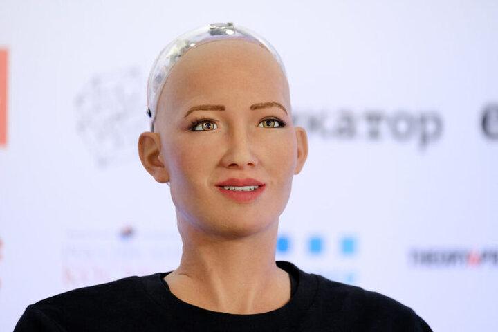 داستان یک ربات انسان نما و کارهای خارق العاده اش/ از حضور در توئیتر تا دیدار با کریستیانو رونالدو + تصاویر