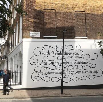 شعر حافظ روی دیواری در لندن