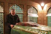 شهید حاج قاسم سلیمانی در کنار ضریح امام رضا(ع) / تصویر