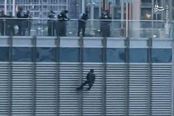 اقدام به خودکشی از بالای برج ترامپ / عکس