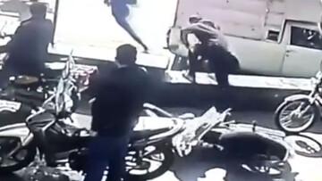 سرقت عجیب تلفن همراه موتورسوار در پمپ بنزین + فیلم