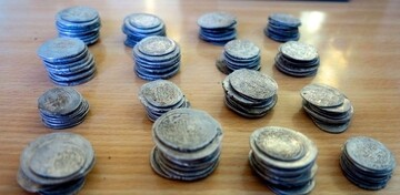 کشف یک کوزه با ۲۶۰ سکه عتیقه هنگام کندن قبر