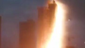 برخورد وحشتناک صاعقه با یکی از برج های چین + فیلم