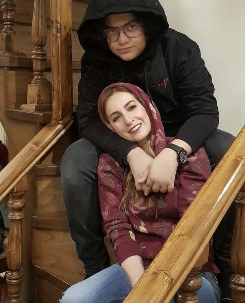 15061296 - بازیگر زن مشهور در آغوش پسرش / عکس