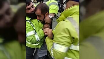 حرکت عجیب مامور پلیس هنگام دستگیری راننده مسلح / فیلم