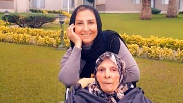 تصویری از مرجانه گلچین و مادرش