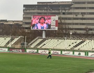 نقش بستن تصویر دیگو مارادونا در اسکوربورد استادیوم اکباتان / عکس