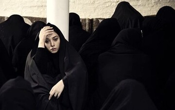 خانم بازیگر در سوگ پدر نشست / عکس