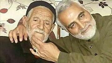 تصویری از شهید حاج قاسم سلیمانی در کنار پدرشان