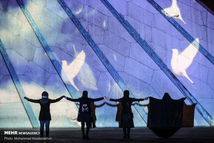 یادبود ۱۷۶ قربانی هواپیمای اوکراینی با نورپردازی روی برج آزادی / تصوایر