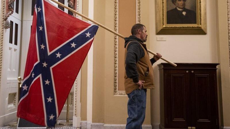 پرچم ایالات موتلفه آمریکا شامل سیزده ایالت جنوبی در ساختمان کنگره