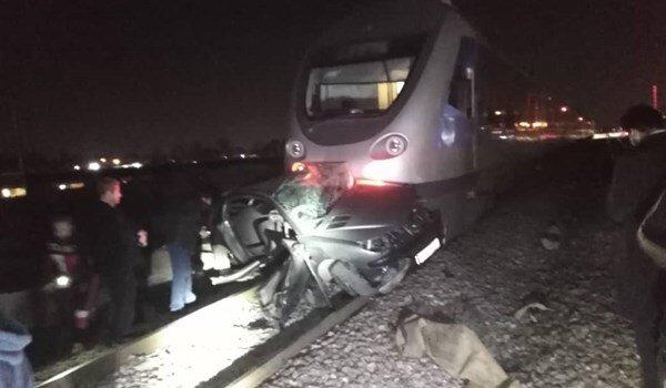 برخورد وحشتناک قطار مسافربری با خودرو در کرج / فیلم