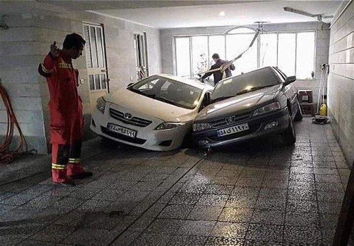 فرو رفتن دو خودرو در پارکینگ خانه ای در غرب تهران / تصاویر