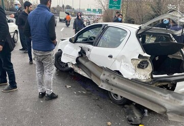 تصاویری دلخراش از سانحه رانندگی در تهران / هر دو پای راننده قطع شد