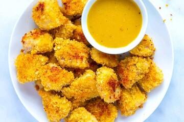 ناگت مرغ خوشمزه خانگی به سبک بیرون همراه با سس مخصوص + طرز تهیه