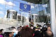 پایین کشیدن پرچم بورس توسط سهامداران معترض/ فیلم