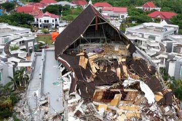 لحظاتی دردناک از جستجوی امدادگران برای یافتن قربانیان زلزله اندونزی /فیلم