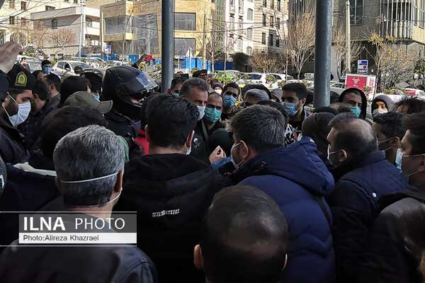 تجمع مالباختگان مقابل ساختمان بورس تهران