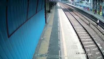 نجات لحظه آخری مرد هندی از مرگ با قطار/ فیلم