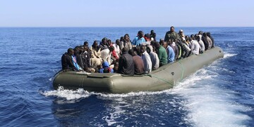 واژگونی قایق مهاجران در دریای مدیترانه / دهها تن جان باختند