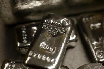 طلا به حاشیه رفت؛ نقره گران شد