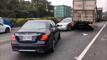 برخورد خودروهای سواری با چند کامیون در بزرگراه/ فیلم