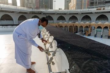 مراسم نظافت پشت بام خانه خدا/ تصاویر
