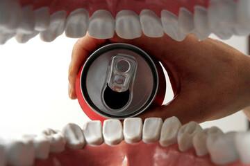 اثرات باورنکردنی نوشابه در تخریب دندان/ فیلم
