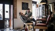 صحنه دلهره آور افتادن آرایشگر بر روی قیچی! / فیلم