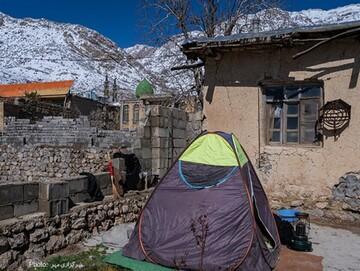 زندگی سخت اهالی سی سخت شش روز پس از زلزله/ تصاویر