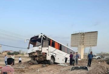 برخورد شدید اتوبوس با گاردریل در بوانات فارس | انتقال ۱۰ مسافر مصدوم به بیمارستان ولی عصر بوانات