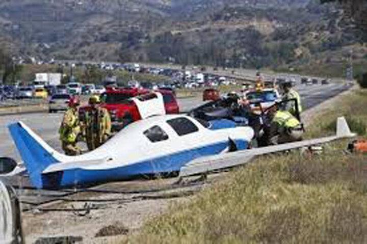 برخورد شدید هواپیما و خودرو در خیابان / فیلم