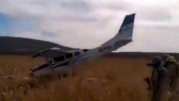سقوط هواپیما به دلیل برخورد با کابل برق! / فیلم
