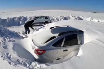 خودروهای مدفون زیر برف در روسیه / فیلم