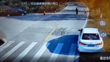 اقدام سریع راننده که مانع زیرگرفتن کودک شد / فیلم