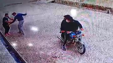 حمله زورگیران قمه کش به یک عابر پیاده /فیلم