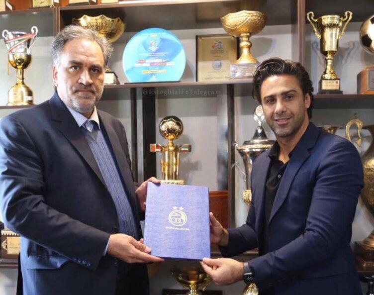 عکسی از عقد قرارداد فرهاد مجیدی با استقلال