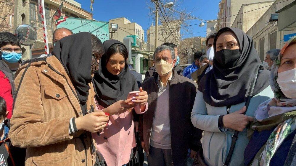 علاقه محمود احمدی نژاد به عکس یادگاری گرفتن