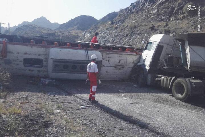 تصادف مرگبار اتوبوس مسافربری با کامیون در رودان هرمزگان؛ ۶ فوتی و ۳۱ مصدوم / فیلم