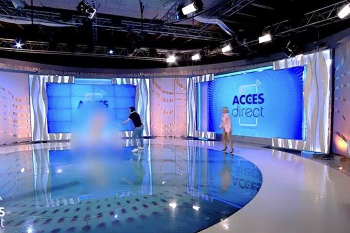 حمله زن برهنه به مجری رومانیایی روی آنتن زنده / فیلم