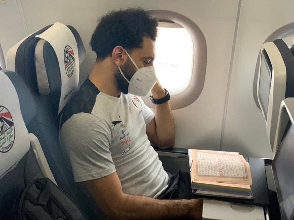 قرآن خواندن بازیکن لیورپول در هواپیما/عکس