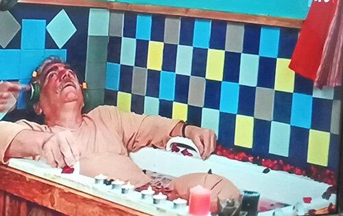 حاشیه جدید یک سریال تلویزیونی: حمام کردن با لباس!
