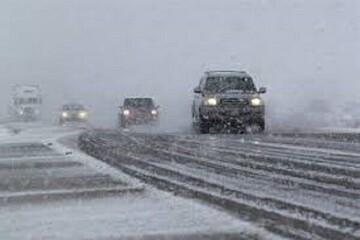 بارش نخستین برف سال ۱۴۰۰ در آزادراه تبریز- زنجان