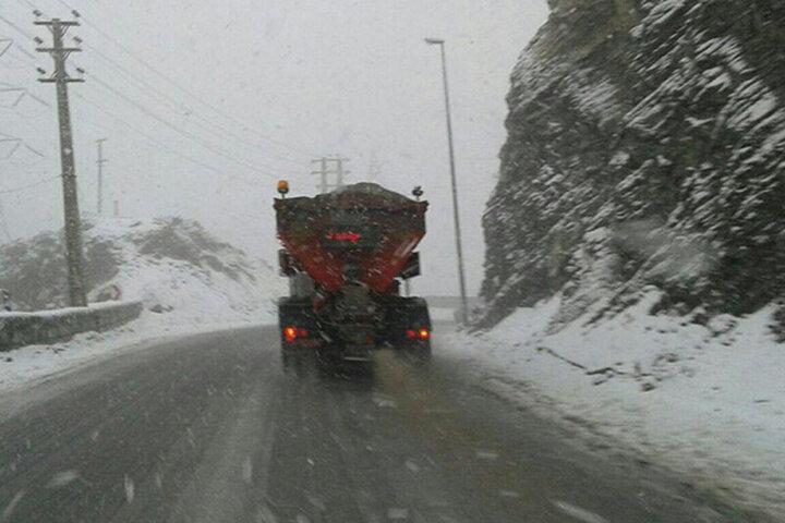 بارش نخستین برف بهاری در سال ۱۴۰۰ در محور فیروزکوه / فیلم