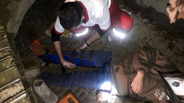 نجات نگهبان ۳۰ ساله پس سقوط از بیل مکانیکی در کردکوی / عکس
