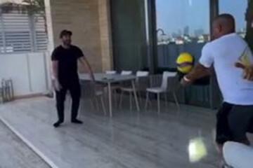 والیبال بازی کردن محمدرضا گلزار با فوتبالیست مشهور جهان / فیلم