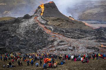 فوران گدازههای سوزان از کوه آتشفشانی در ایسلند / فیلم